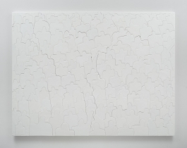 An all-white painting of bust-length silhouettes that fills the entire space to form a crowd.